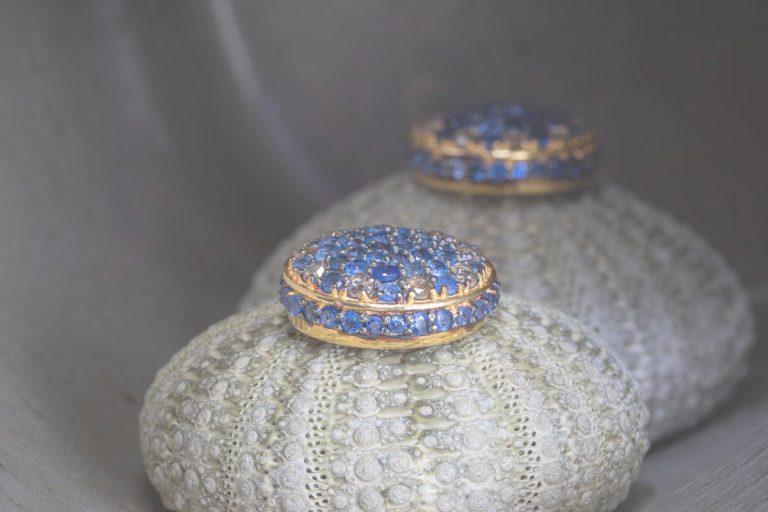 Fred's Choice - 18 krt. gouden oorstekers met saffier en diamant - 062