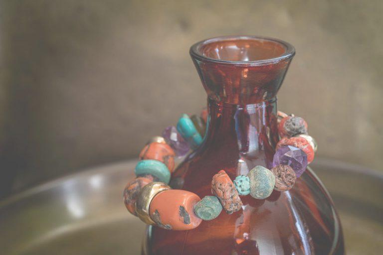 Fred's Choice - Armband met kralen van koraal, turquoise, amethist en goudveerslot - 002